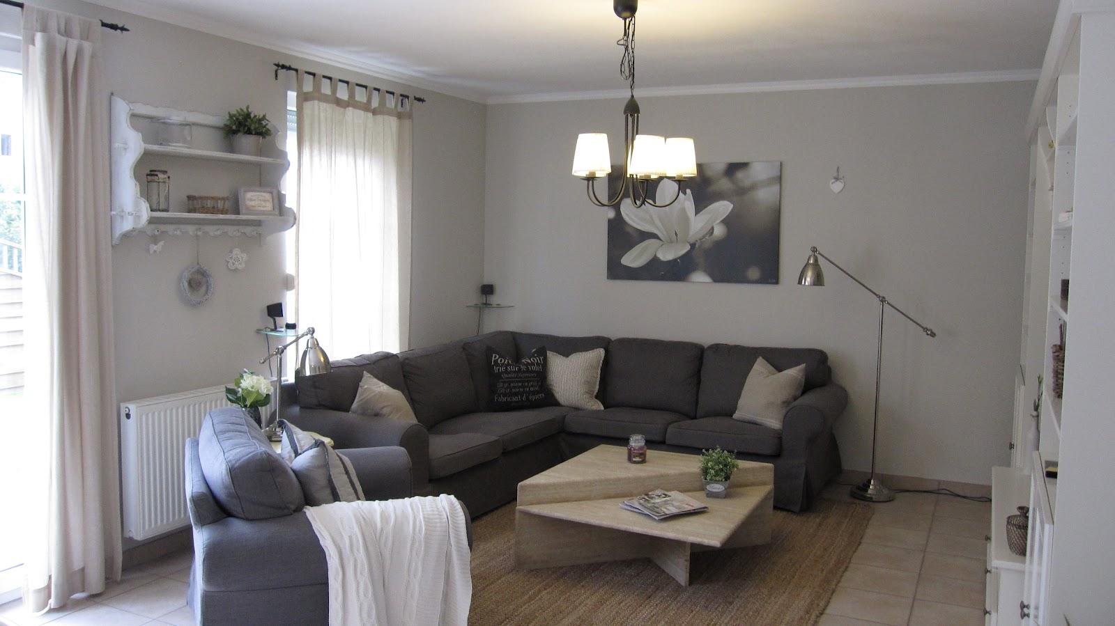 kleines gelbes haus kissenschlacht. Black Bedroom Furniture Sets. Home Design Ideas