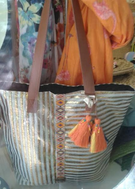 Bolso rayas con brillo de asas largas marrón, flecos y fular naranja