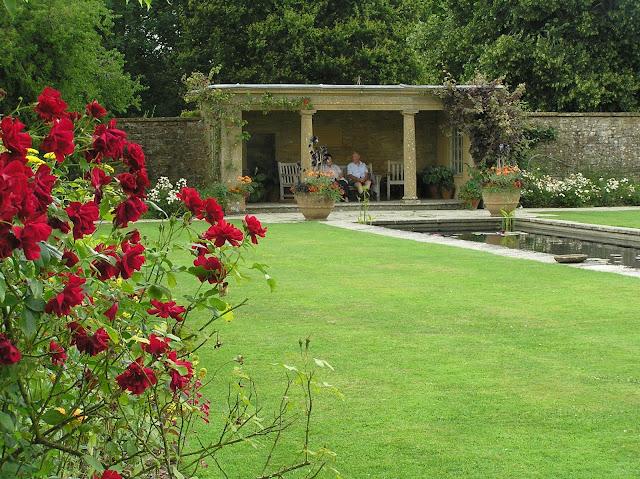 angielski ogród, kamienna altana, formalny staw