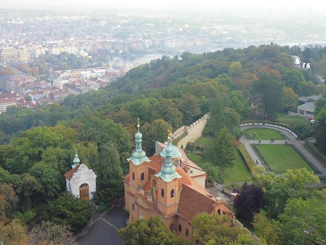 Jardines del Monte Petřín (Praga) (@mibaulviajero)