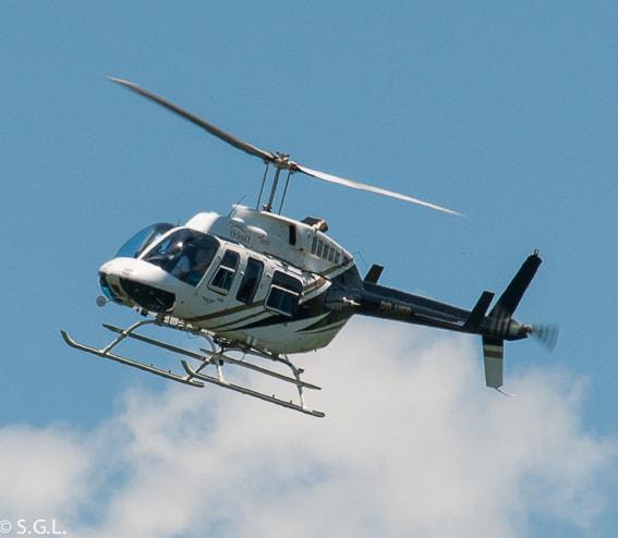 Helicoptero sobrevuela cataratas Iguazu