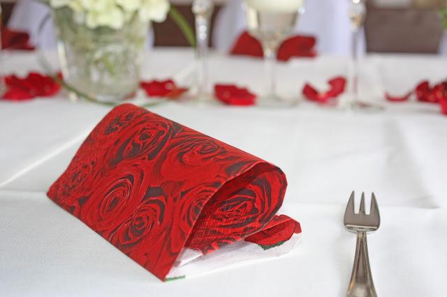 Servietten mit Rosenmotiv in Herzform gefaltet - Hochzeit im Riessersee Hotel Garmisch-Partenkirchen, Bayern - heart-folded napkins with red roses, wedding in Germany, Bavaria, Garmisch