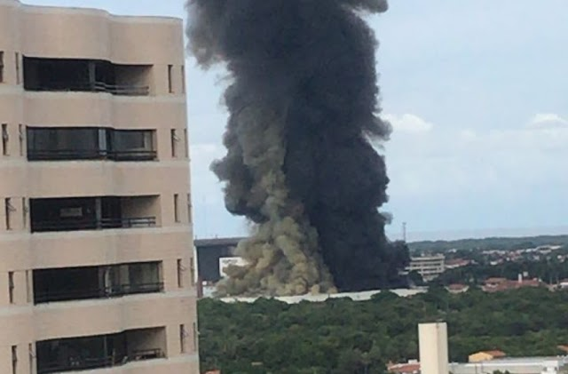Incêndio de grandes proporções atinge 90% do centro de triagem dos Correios na Oliveira Paiva