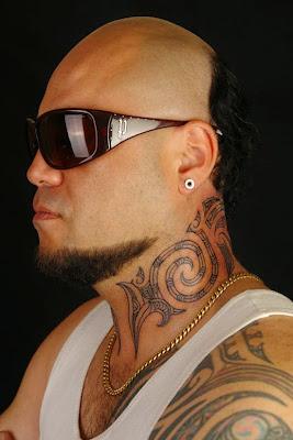tatuaje maori en hombre, tatuaje tradicional polinesio para hombre