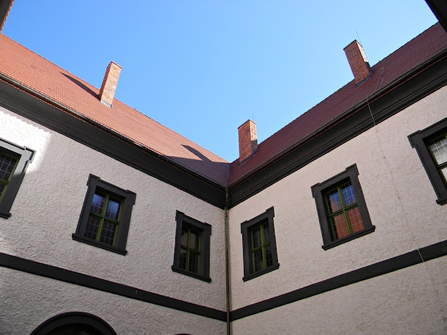 Wokół dziedzińca zamku w Kożuchowie wznoszą się odnowione mury.
