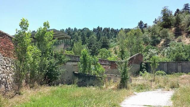 Erschreckender Zustand des Fußballstadion Tumbe Kafe in Bitola