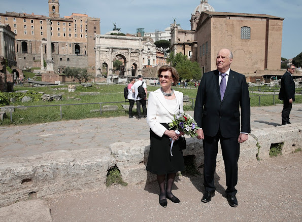 The King and Queen were given a guided tour of the the Roman Forum.