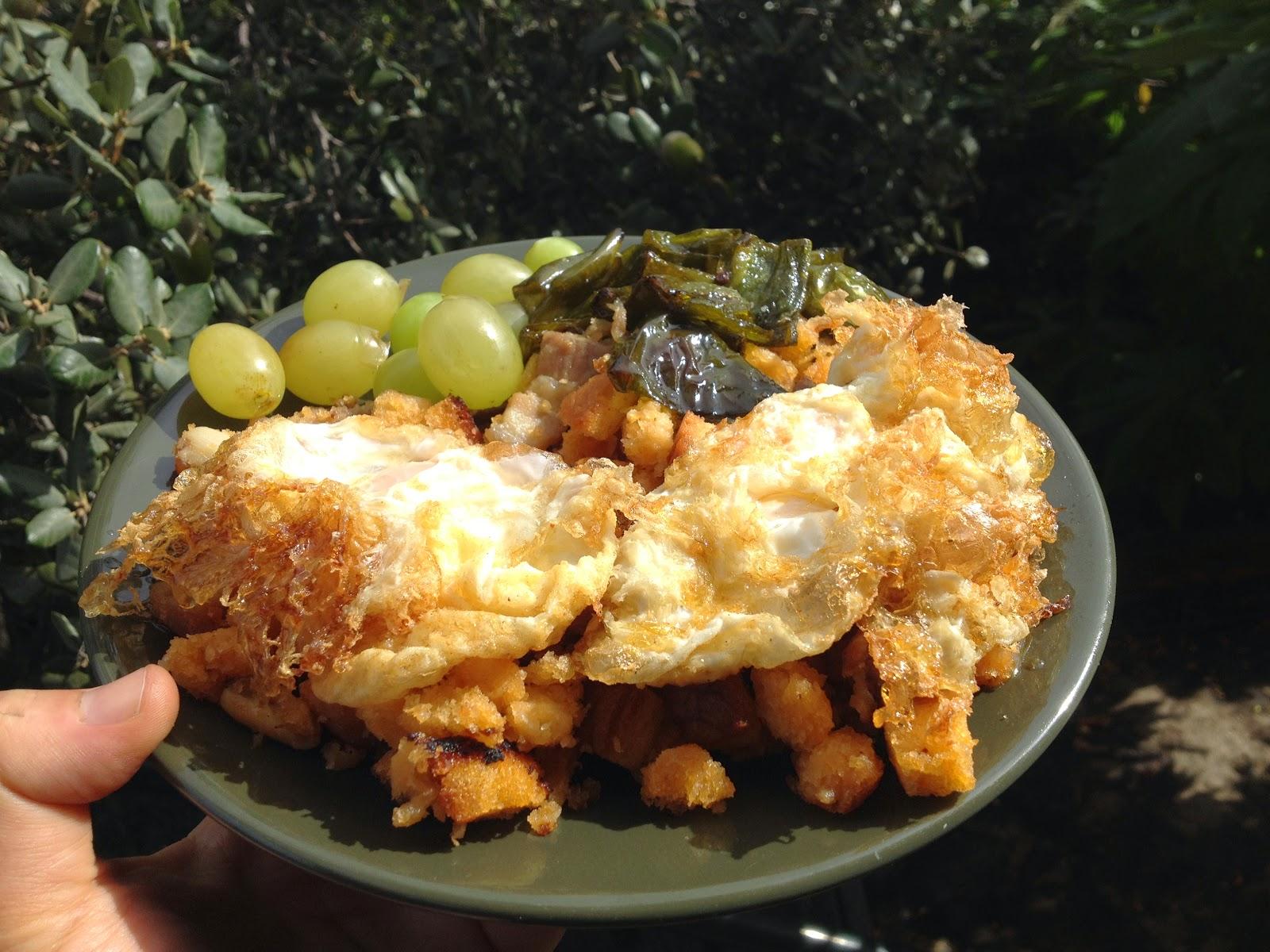 Migas con huevos fritos, chorizo, panceta y uvas - receta - Vino tinto de Jumilla Juan Gil - barbacoa - el gastrónomo - el troblogdita - ÁlvaroGP