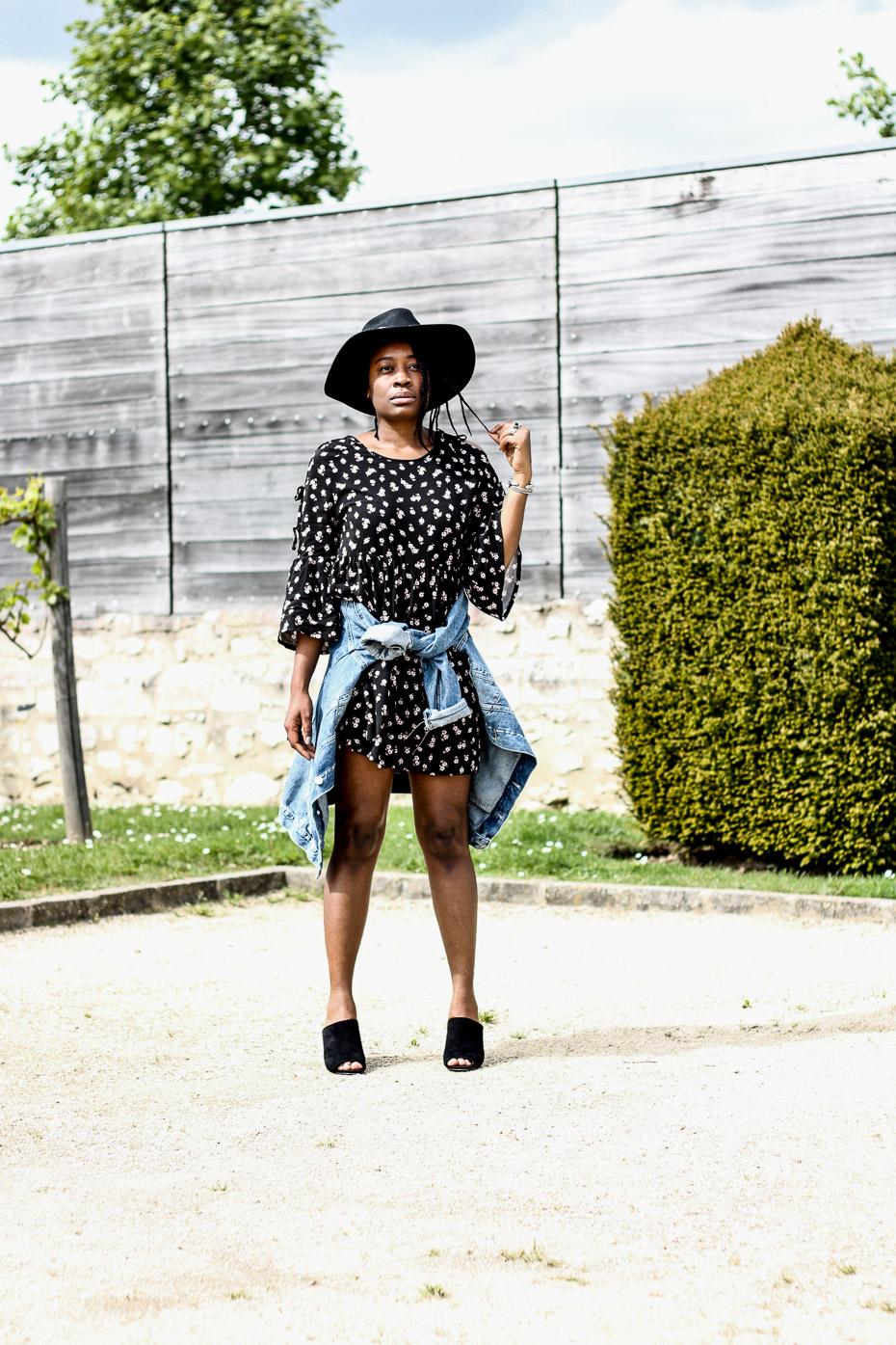 robe-a-fleur-veste-en-jeans-chapeau-mules