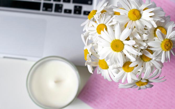 macbook blogger desk flowers candles