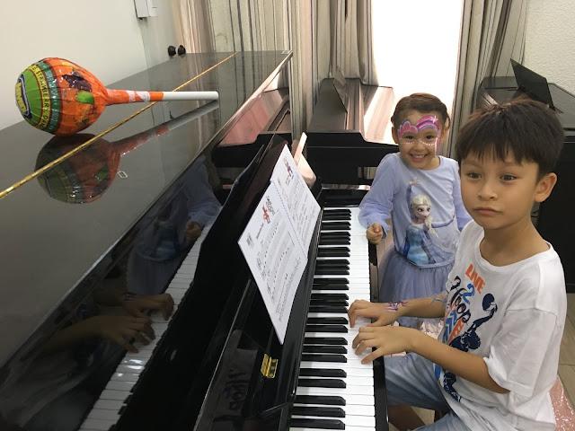 Học sinh piano ở trường nhạc SMS quận 2