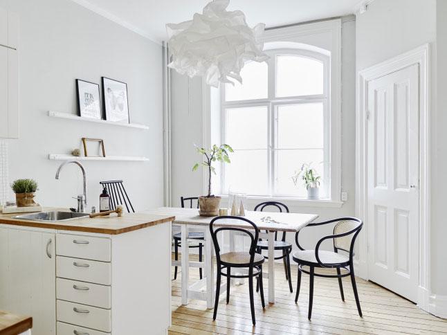 decoración cocina nórdica y minimalista en tonos blancos para alquiler