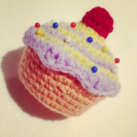 du fil et des aiguilles cup cake gourmand au crochet tuto gratuit et en fran ais. Black Bedroom Furniture Sets. Home Design Ideas