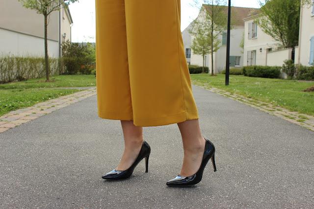 jupe culotte moutarde zara, perfecto noir, top dentelle Naf naf, escarpins noirs vernis vanessa wu