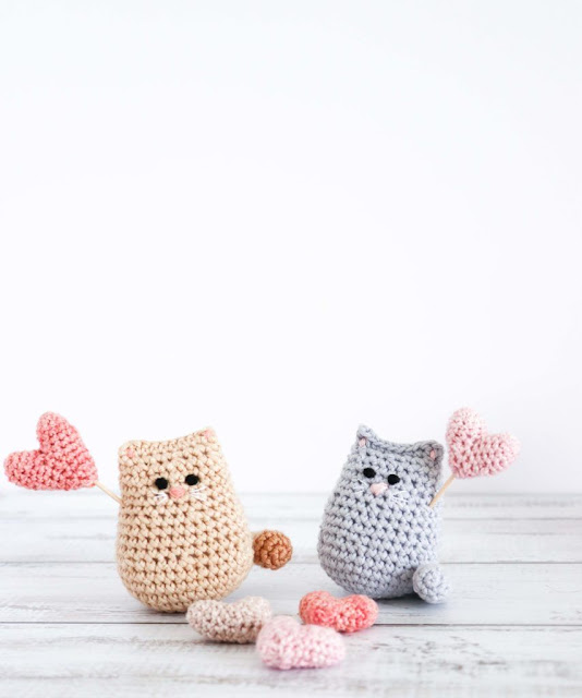 Cute crocheted kitties free crochet pattern.