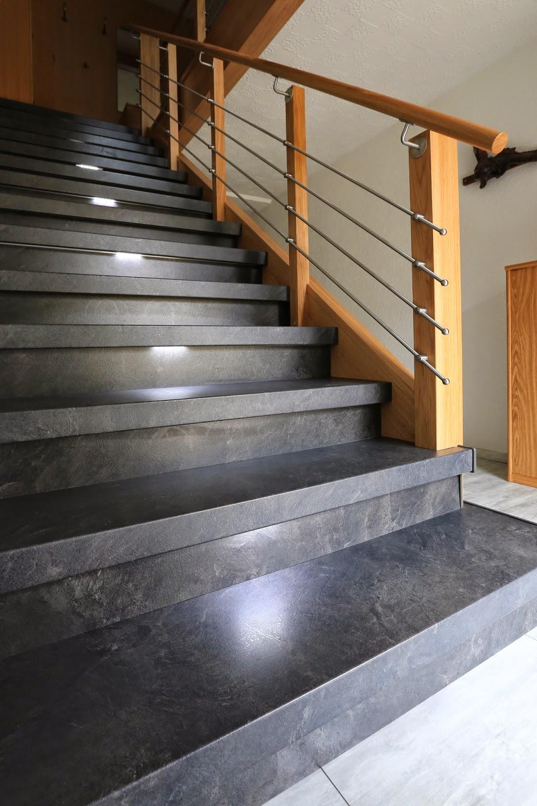 Treppengeländer - Holzsäulen in Kombination mit Edelstahl-Traversen