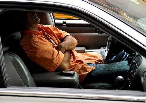 Người đàn ông ngủ trong xe