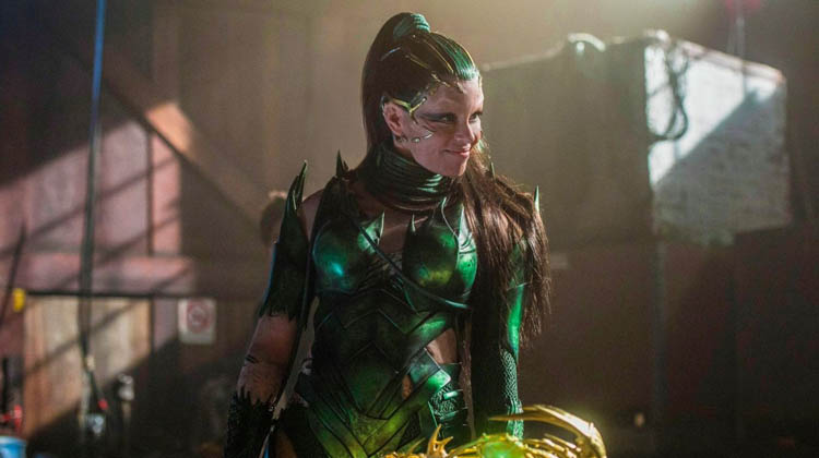 Elizabeth Banks como Rita Repulsa en Power Rangers