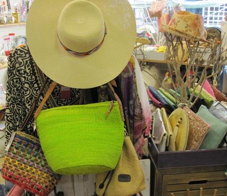Sombreros, prendas, bolsos y carteras de mano variadas