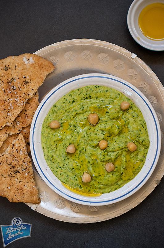 Hummus z liśćmi szpinaku