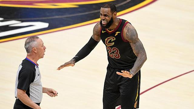 Pemain megabintang Cleveland Cavaliers, LeBron James (kanan) melayangkan protes ke wasit