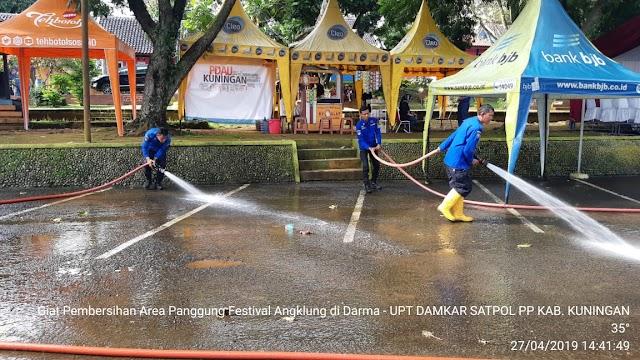 Damkar Kuningan Bersihkan Area Goes Wisata dan  Festival Calung Internasional