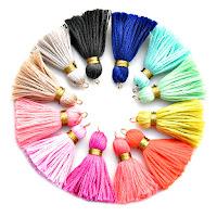 Yuvarlak bir biçimde dizilmiş renkli püsküller