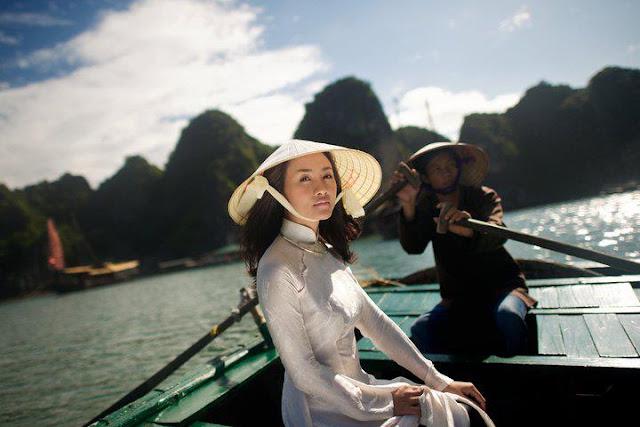 Chica Vietnamita en la bahía de Halong