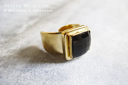 Bague dorée noire cristal Viveka Bergstrom bijoux retro