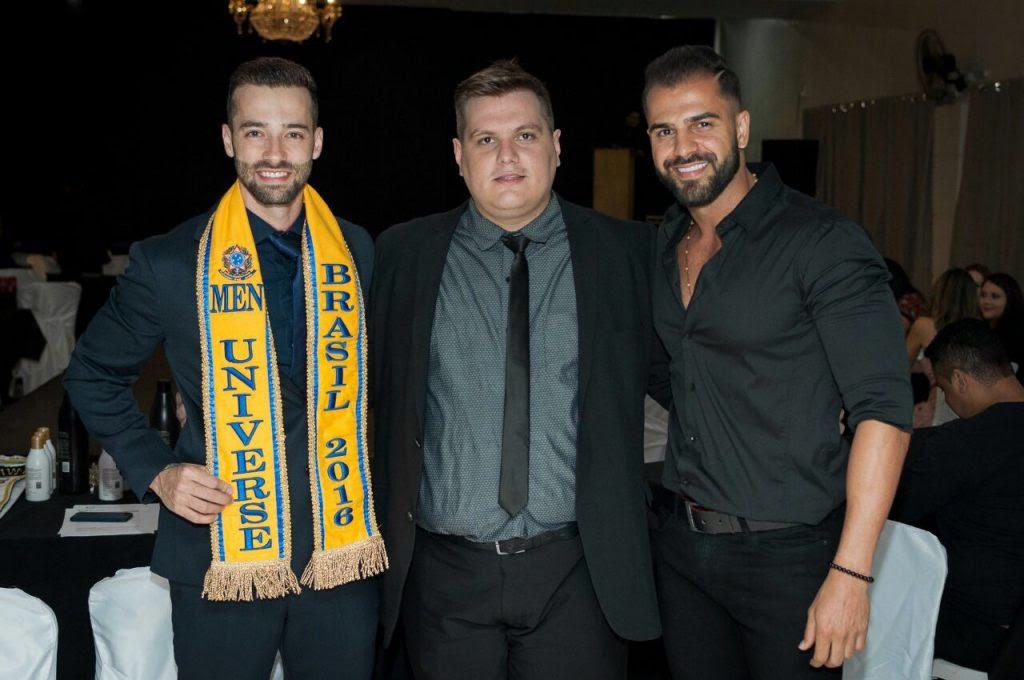 Thiago Michelasi acompanhado de Breno Ruis, Men Universe Brasil 2016 e de Muryllo Rick, Mister Brasília 2017. Foto: André Luz