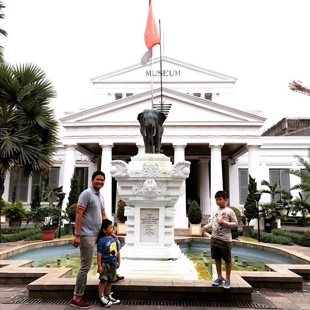foto anak anak di museum nasional jakarta