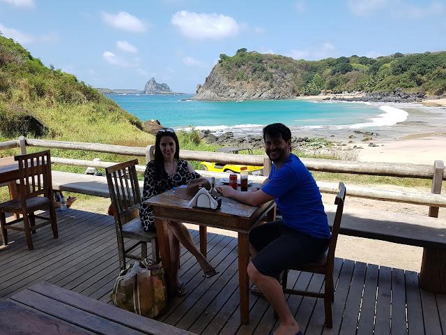 O Bar tem de um lado a Praia do Meio...- Bar do Meio - Fernando de Noronha
