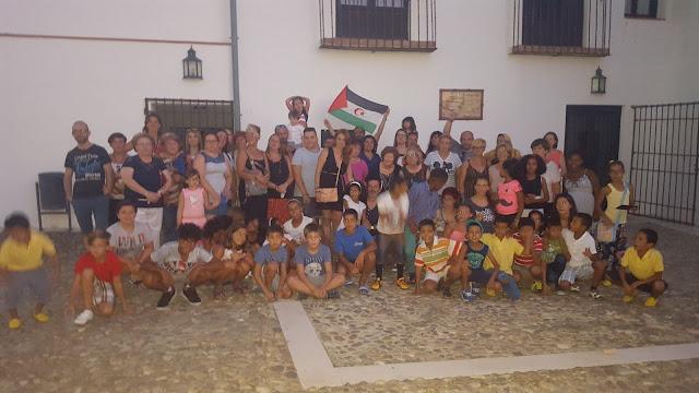 Foto de familia de niños saharauis y familias de acogida en Esquivias