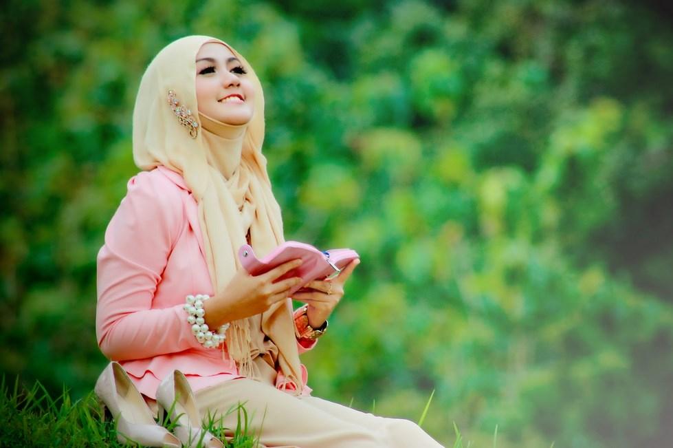 Pemilihan Konsep Hunting Foto Hijab syar'i bukan model jilboob tidak perlu seksi untuk menarik perhatian kaum pria jadi jomblo siapa tau