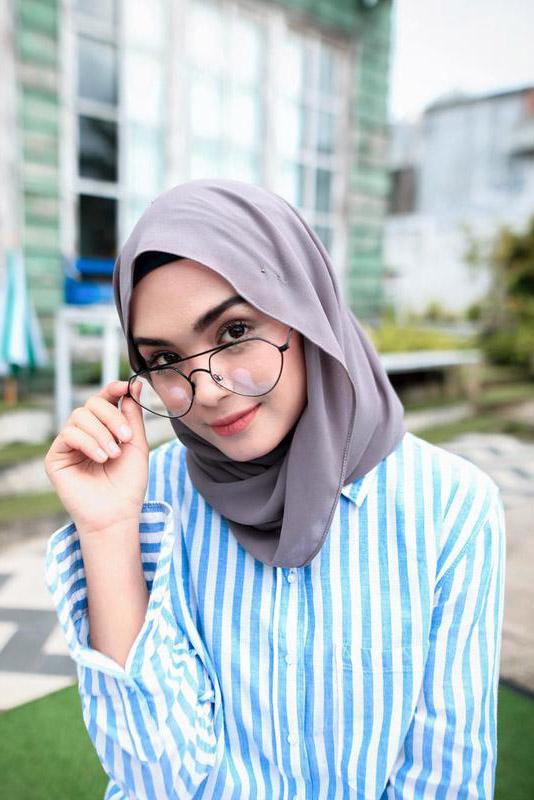 Cewek IGO Jilbab Kacamata biru benhur