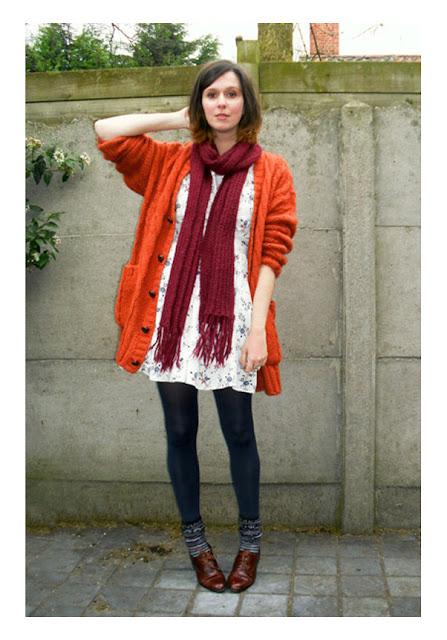 Легкое белое платье с оранжевым кардиганом и шарфом