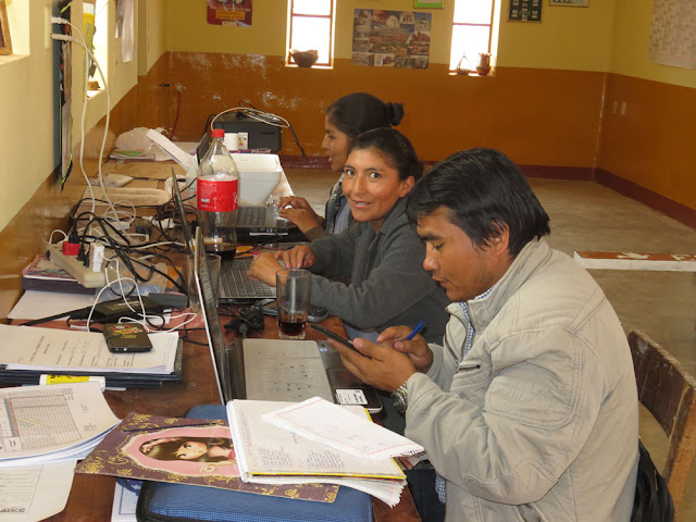 Gestern waren wir nach einem Gewitter wieder ohne Strom und so kamen die Lehrer zum Noten machen mit ihren Computern ins Pfarrhaus.
