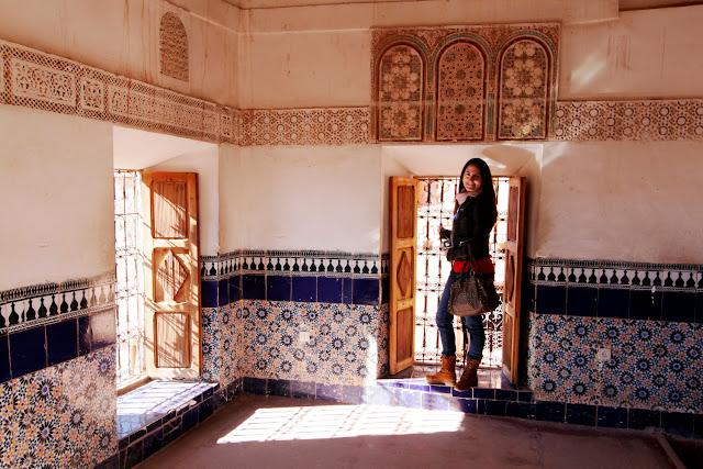 Lena cerca de unas ventanas de la Kasbah de Taourirt