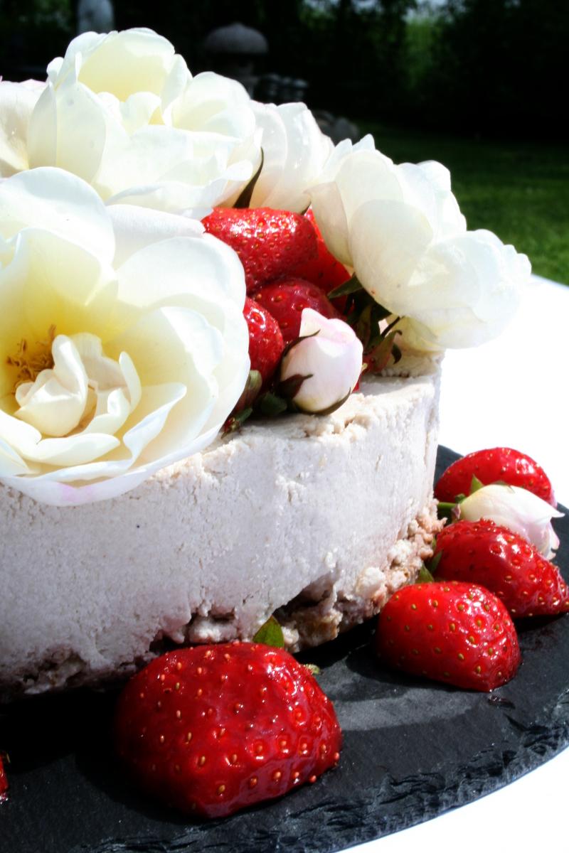 valkosuklaa raakakakku mansikoita syötäviä kukkia kesä