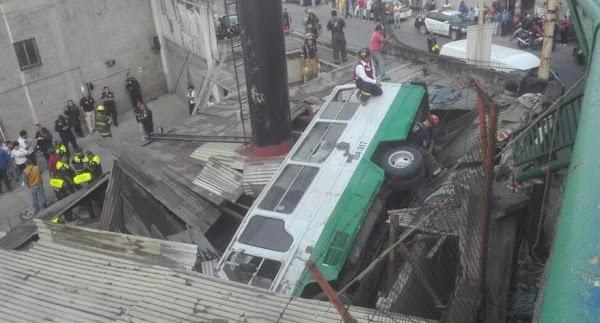 Microbús cae en segundo piso del Periférico Norte, destruye casas y deja 13 heridos
