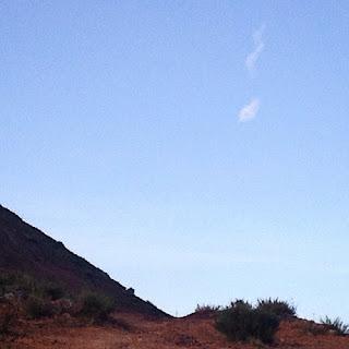 Nube con forma de serpiente en el   cielo de Wirikuta. Un mito cuenta que Mixcoatl, Serpiente de Nube, descendió del cielo para fundar   Tula. Mixcoatl, es un nombre   náhuatl formadopor las palabras   mix, nube y coatl, serpiente