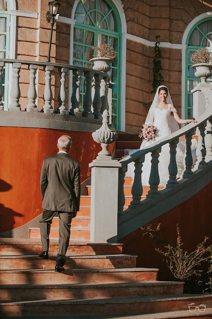 casamento real, casamento a céu aberto, casamento no jardim, casamento no campo, passarela de espelho, flores do campo, cerimônia, decoração de cerimônia, varal de lâmpadas, relicário, buquê da noiva, bouquet, vestido de noiva, vestido de renda, villa giardini, entrada da noiva