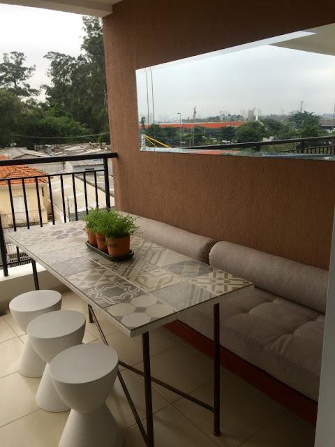 Mesa com porcelanato para áreas externas. Blog Achados de Decoração