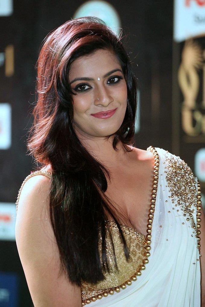 Actress VaralaxmiSarathkumar Latest HD Images