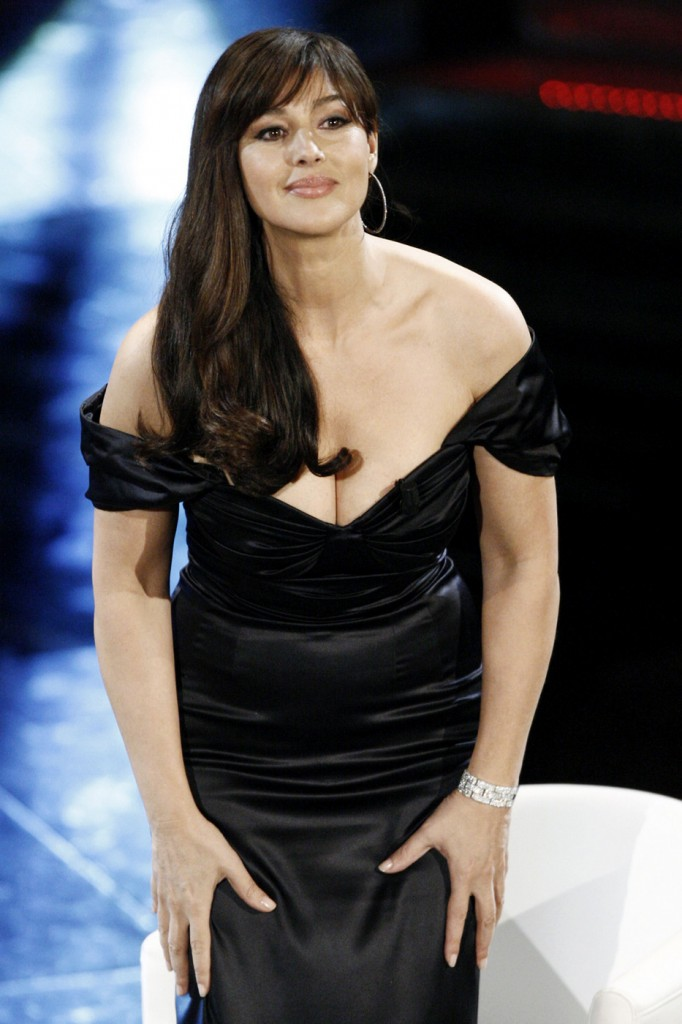 monica bellucci hot cleavage show hot actress sexy pics