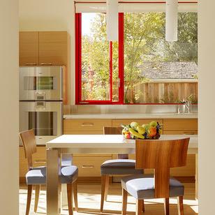 Rama rosie fereastra bucătărie