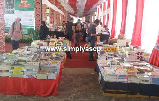 BAZAAR BUKU : Pameran Buku Kalbar Book Fair 2017 ini digelar hingga tanggal 7 November 2017 di Rumah Radank.  Foto Asep Haryono