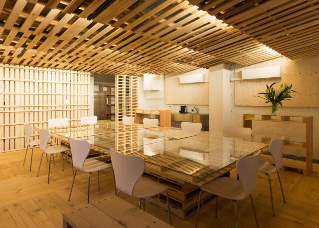 Desain renovasi interior kantor dengan kayu peti kemas bekas