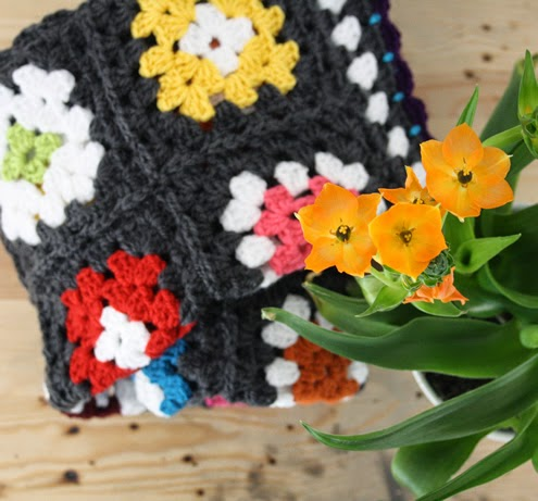 Granny square blanket - Happy in Red