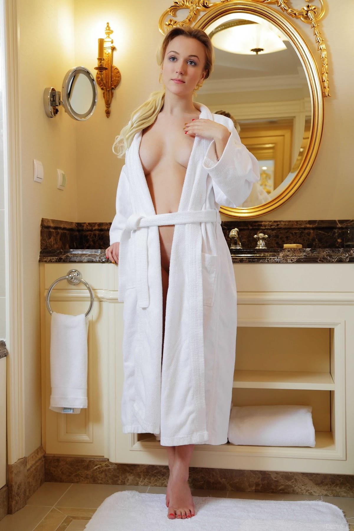 golie-v-halatikah-smotret-krasiviy-seks-v-tualete